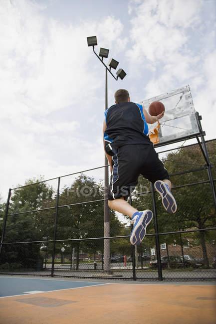 Вид сзади баскетболиста, делая откладывают до выстрела — стоковое фото