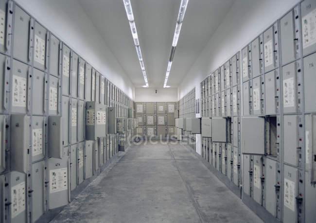Innenansicht des Zimmers voller Schließfächer — Stockfoto