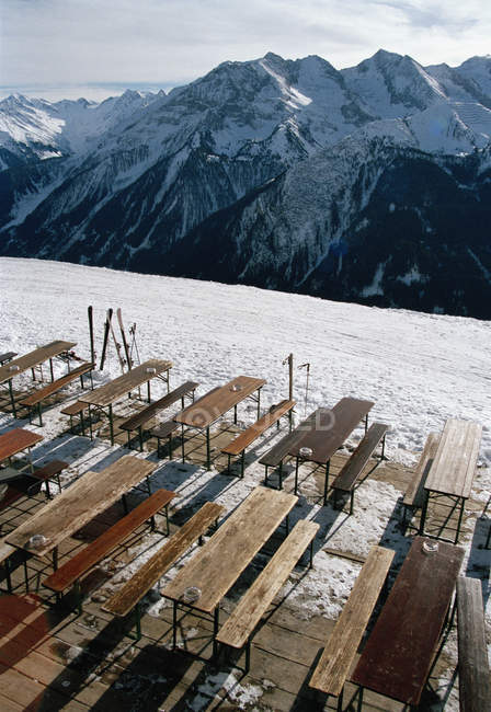 Tables and chairs overlooking mountain range — Stock Photo