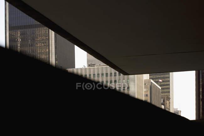 Vista oscura degli edifici per uffici — Foto stock