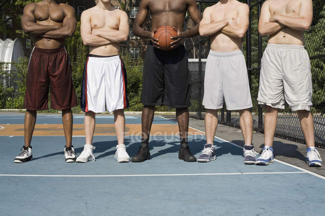 Посадить пятерых баскетболистов подряд на детской площадке — стоковое фото