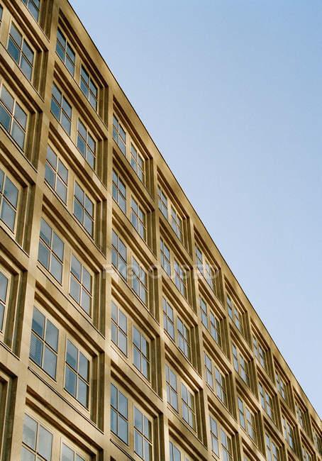Vista inclinazione basso angolo di edificio per ufficiofacciata — Foto stock