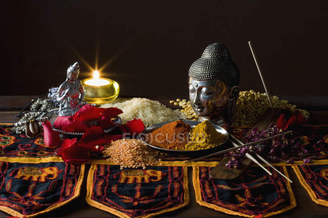 Натюрморт из традиционных ингредиентов индийской кухни — стоковое фото