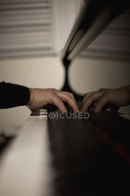 Dettaglio di un uomo che suona un pianoforte — Foto stock
