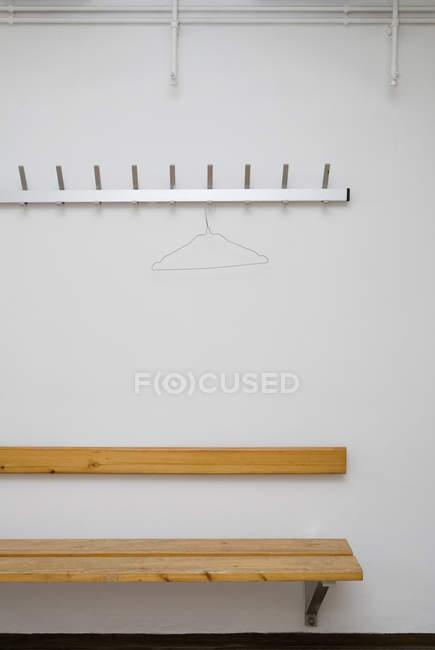 Portabagagli vuoto sopra la panchina nello spogliatoio — Foto stock