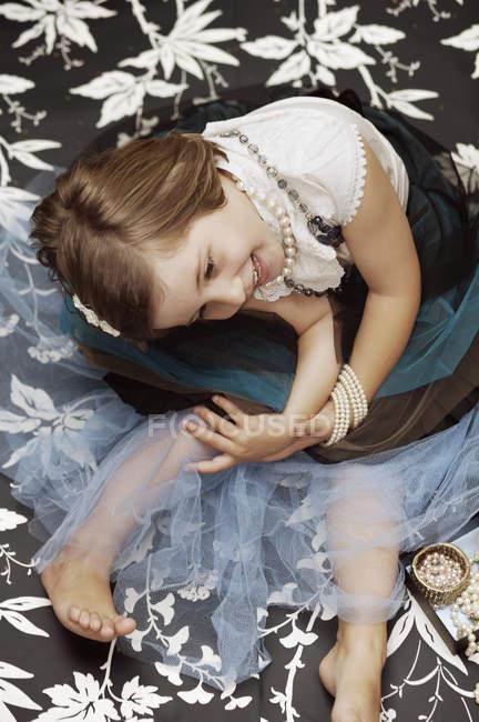 Портрет молодой девушки, играющей в костюмы ювелирных изделий — стоковое фото