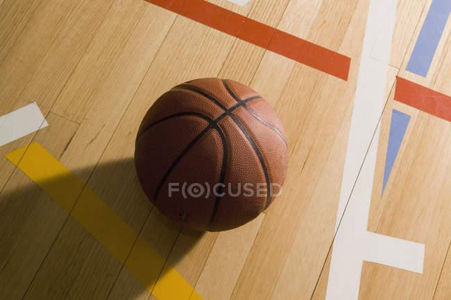 Close-up vista de basquete na quadra de basquete — Fotografia de Stock