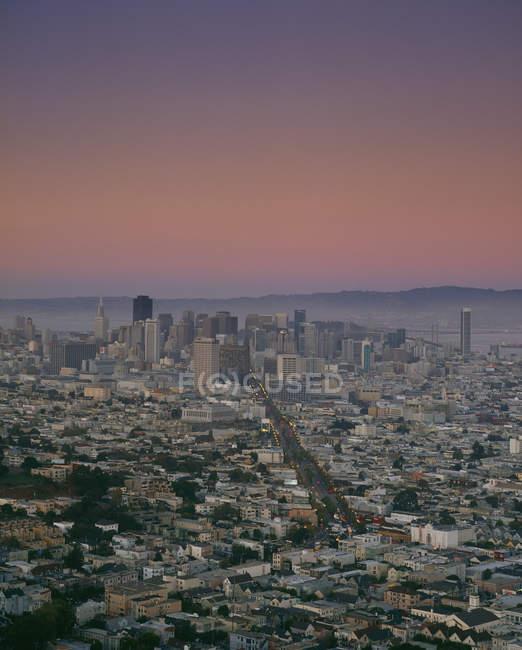 Paesaggio aereo del centro sopra il tramonto cielo crepuscolo — Foto stock