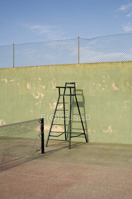 Cadeira do árbitro no campo de ténis vazio — Fotografia de Stock