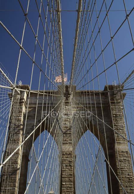 Vista inferior del puente de Brooklyn, ciudad de Nueva York - foto de stock