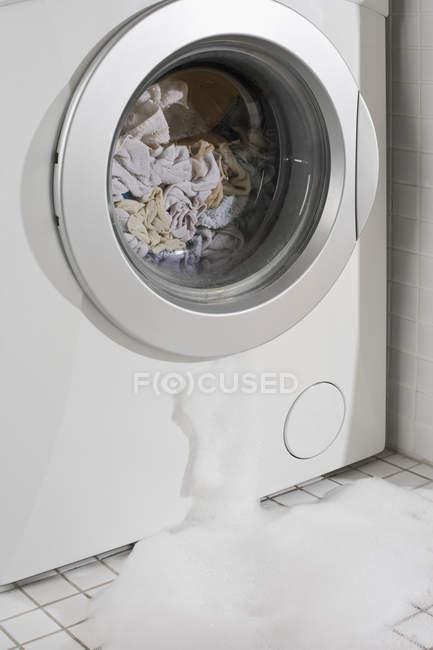 Vista de perto da máquina de lavar roupa vazando — Fotografia de Stock