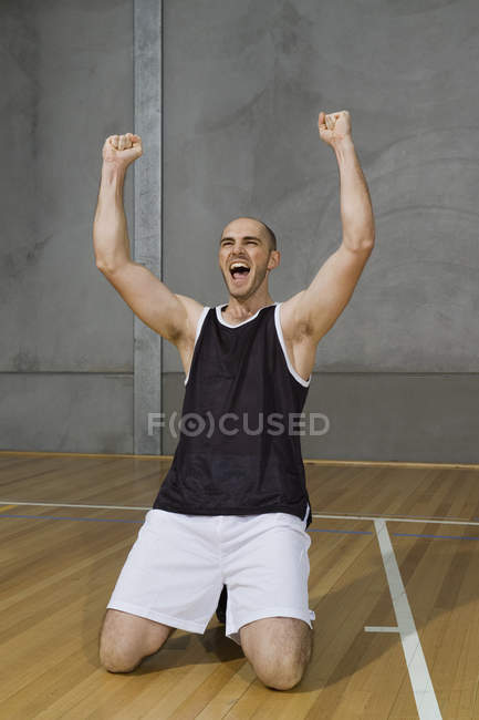 Un jeune homme les bras levés dans la victoire — Photo de stock