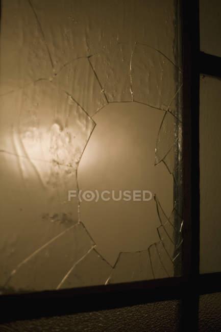 Gros coup de verre brisé dans la fenêtre — Photo de stock