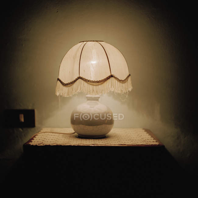 Nature morte de la lampe sur la table d'appoint — Photo de stock