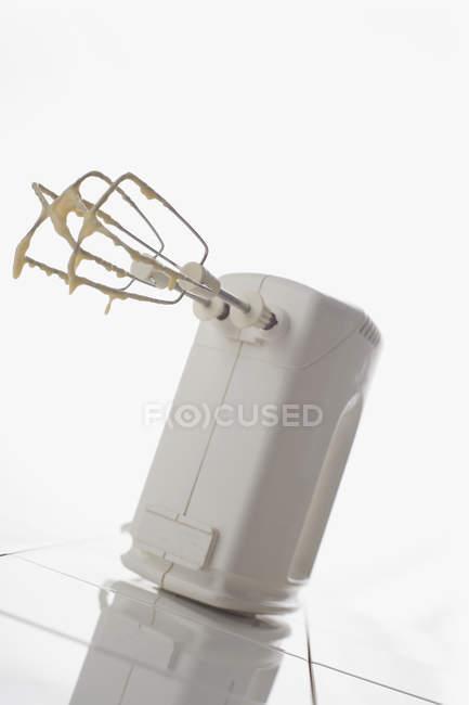 Schmutzige elektrischen Mixer auf weißem Hintergrund — Stockfoto