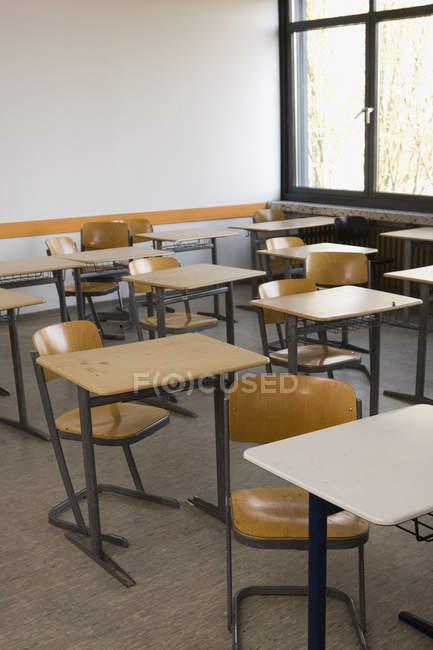 Innenansicht des leeren Klassenzimmer mit Tischen und Stühlen — Stockfoto
