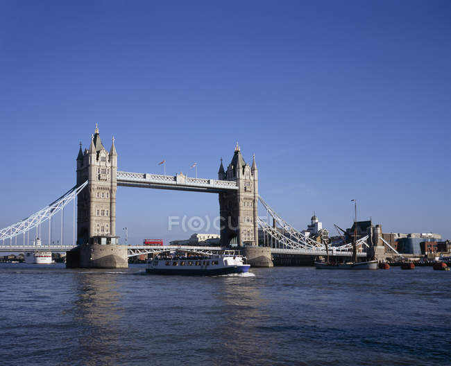 Tourboat circulant sous le Tower Bridge sur la journée ensoleillée — Photo de stock