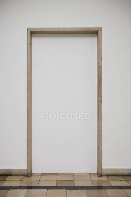 Повний кадр постріл білі стінки з заблоковані doorframe — стокове фото