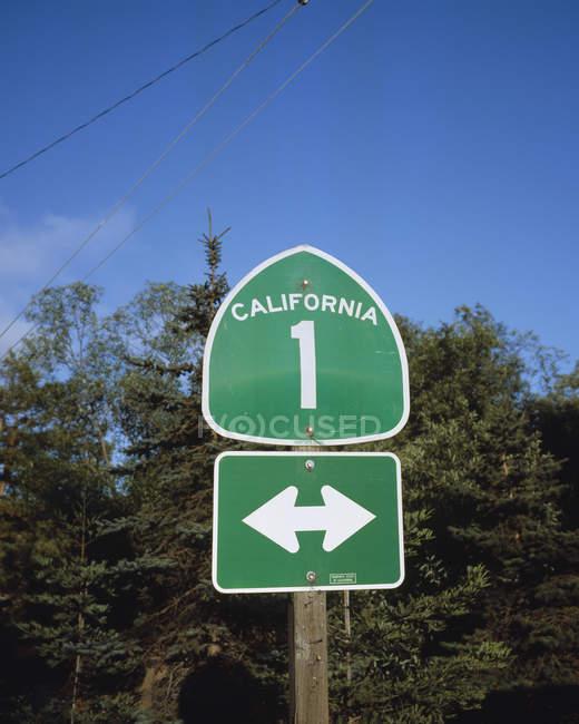 Дорожный знак на шоссе номер один — стоковое фото