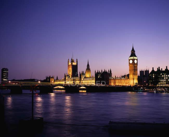 Vista al Parlamento por la noche, Londres - foto de stock