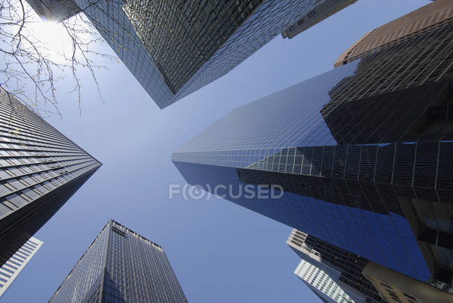 Vista inferior del rascacielos, Manhattan, Nueva York, Estados Unidos - foto de stock