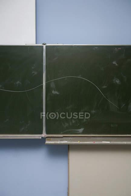 Кривая, нарисованная на классной доске — стоковое фото