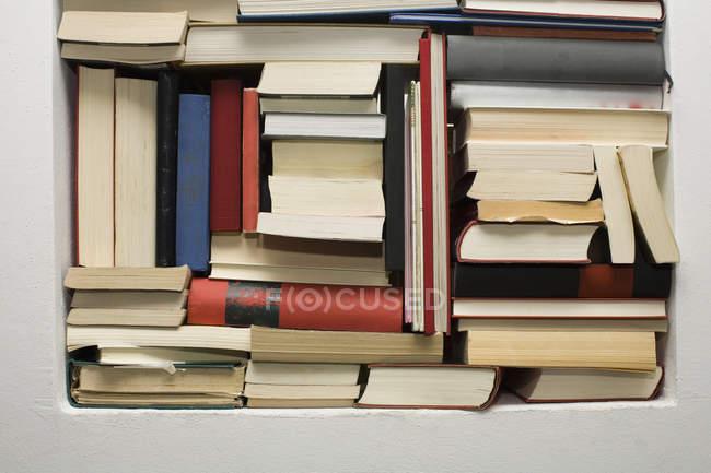 Tir de plein cadre de livres empilés sur étagère — Photo de stock