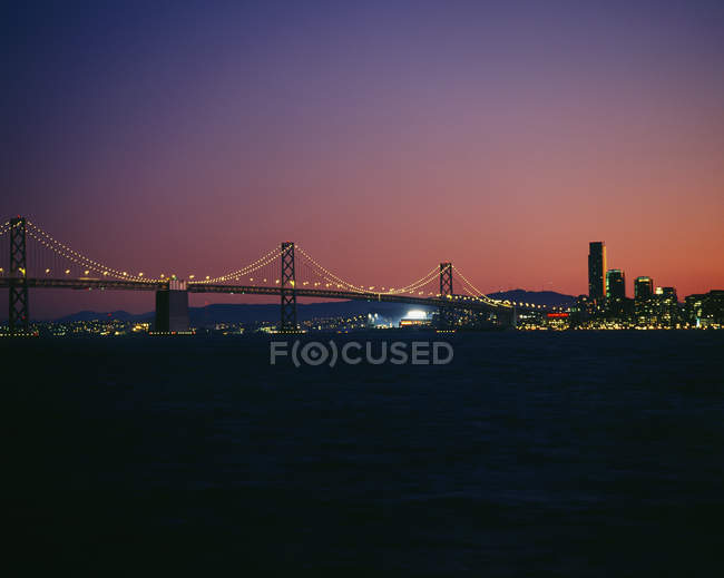 Oakland Bay Bridge in der Dämmerung, San Francisco, Kalifornien, Usa — Stockfoto