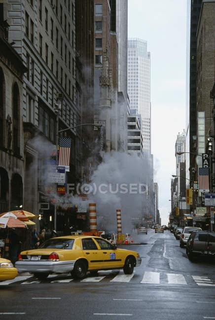View to common street scene in Manhattan — Stock Photo