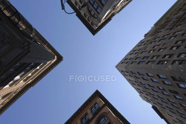 Vista della costruzione di angoli sopra il cielo, dal basso creando X segno — Foto stock