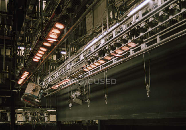 Vista de ângulo baixo de equipamento de iluminação de palco — Fotografia de Stock
