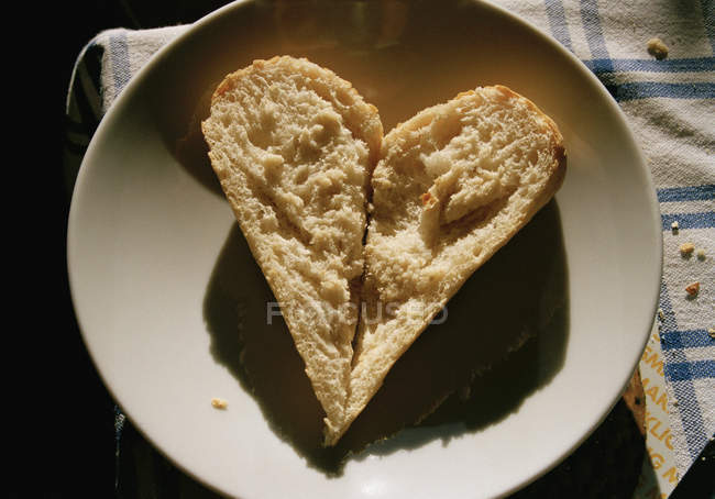 Pão em forma de coração na chapa — Fotografia de Stock
