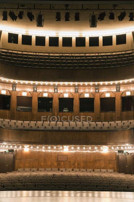 Внутренний вид освещенной пустой театр — стоковое фото