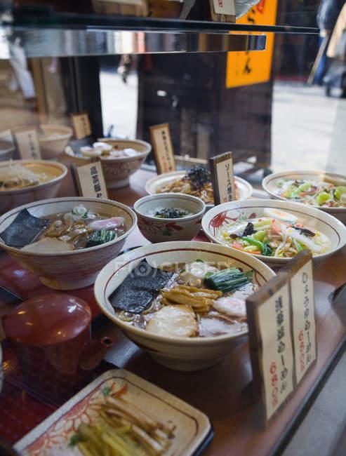 Окно с блюда в ресторан японской кухни — стоковое фото