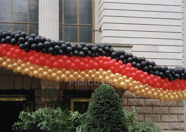 Cola larga de globos en colores de la fachada decorativa de la bandera alemana - foto de stock