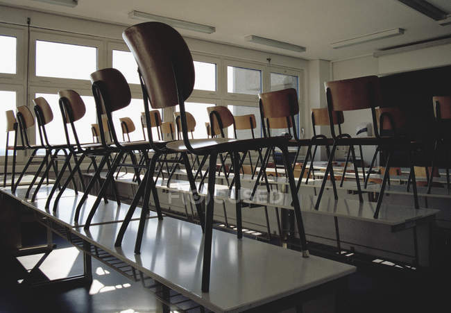 Vista a aula vuota con sedie su scrivanie — Foto stock