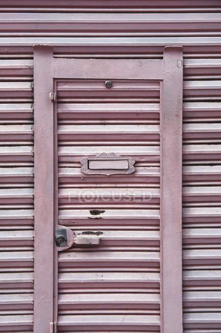 Ленточный фасад с почтовым ящиком в двери — стоковое фото