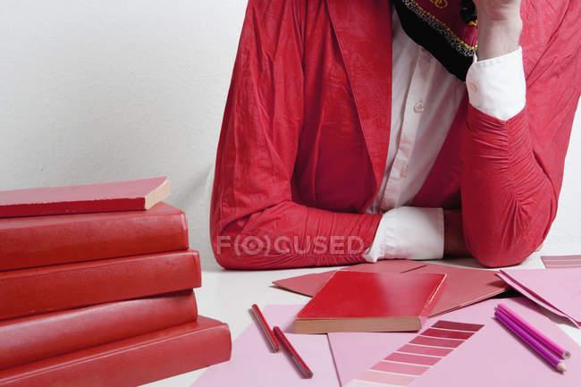 Животик женщины, опираясь на стол с дизайн материалов — стоковое фото