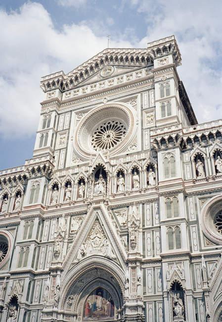 Vista inferior de ornamentada fachada Catedral - foto de stock