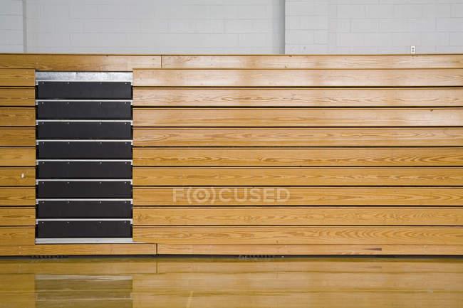 Вид сбоку укладываемых трибун в спортивном зале — стоковое фото