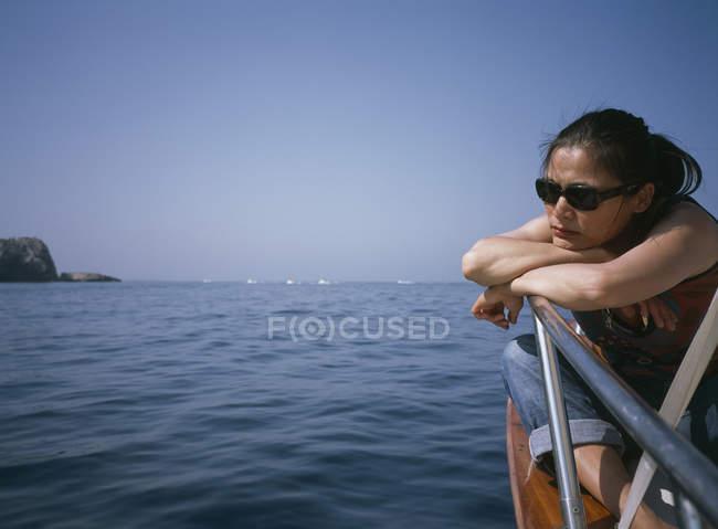 Eine Frau sitzt auf einem Deck Kontemplation — Stockfoto