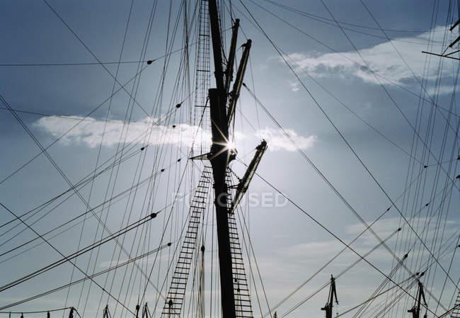 Низкий угол обзора мачты корабля и такелажа над небом — стоковое фото