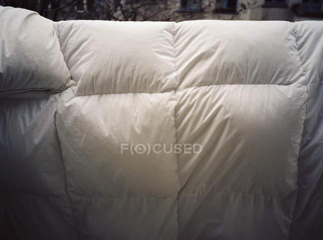 Одеяло, висит на стиральная линия — стоковое фото
