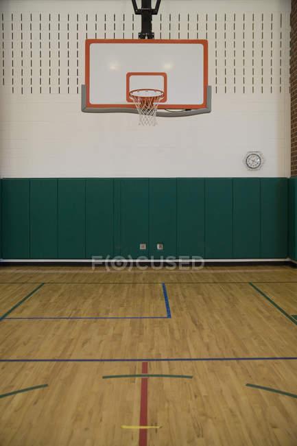 Внутренний вид спортивного зала с баскетбольным кольцом — стоковое фото