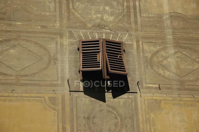 Finestra chiusa sulla facciata dell'edificio — Foto stock
