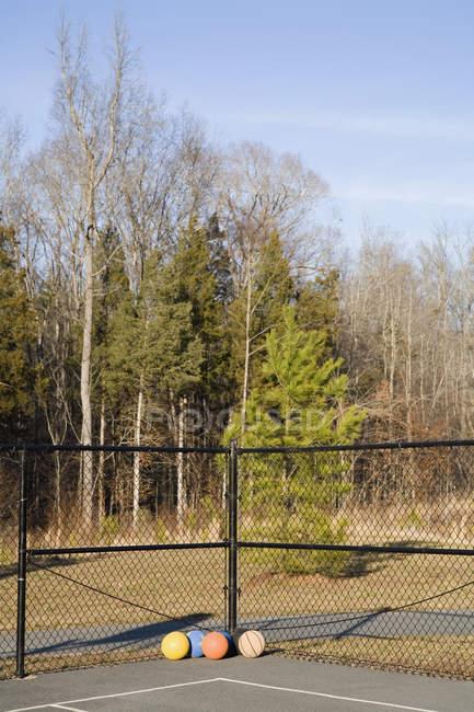 Мячи на углу спортивной площадки — стоковое фото