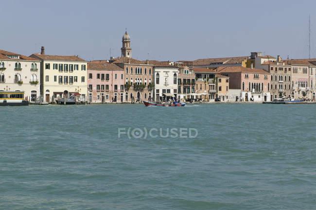 Перегляд до Венеції берегової лінії на літній день — стокове фото