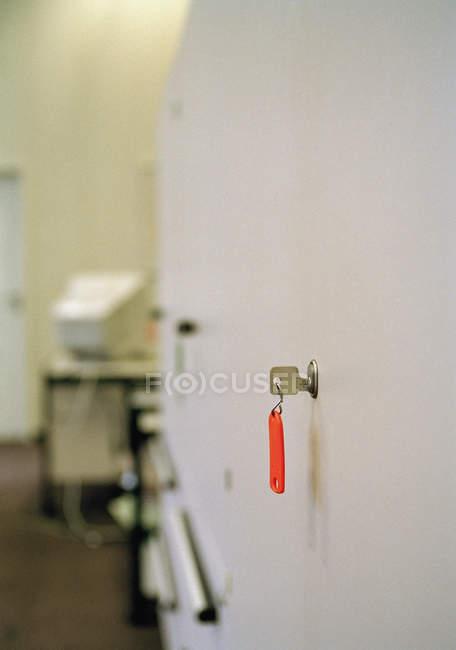 Крупним планом подання висить в замок ключ — стокове фото