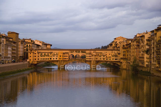 View to famous Ponte Vecchio bridge at evening dusk — Stock Photo