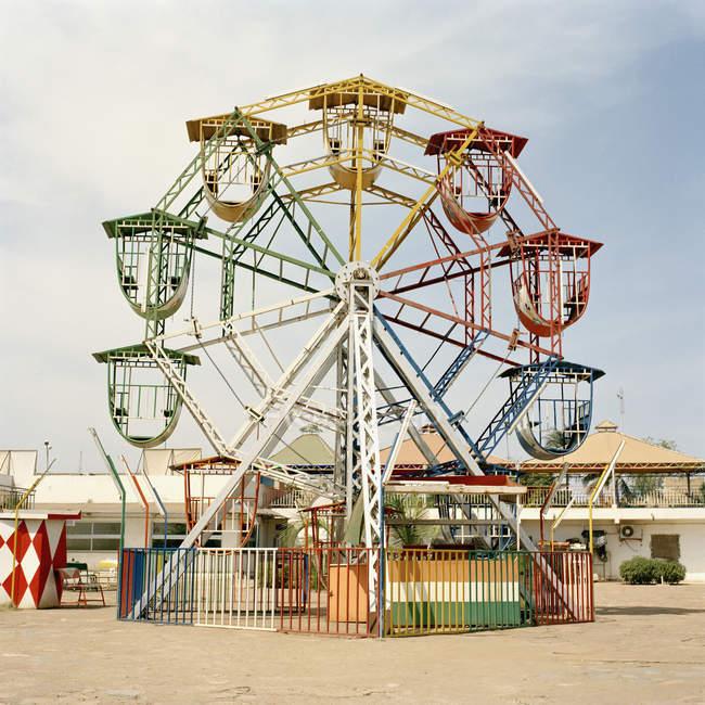 Petite roue de ferris dans le parc d'attractions — Photo de stock